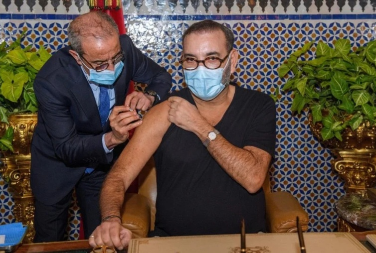 جلالة الملك محمد السادس يتلقى الجرعة الأولى من اللقاح المضاد لكوفيد 19 بالقصر الملكي بفاس ويعلن الانطلاقة الفعلية للحملة الوطنية للتلقيح