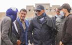 رئيس المجلس الجماعي لبوجدور يشرف على مواصلة عملية أشغال التعبيد والتبليط بشوارع وأزقة حي الأمان
